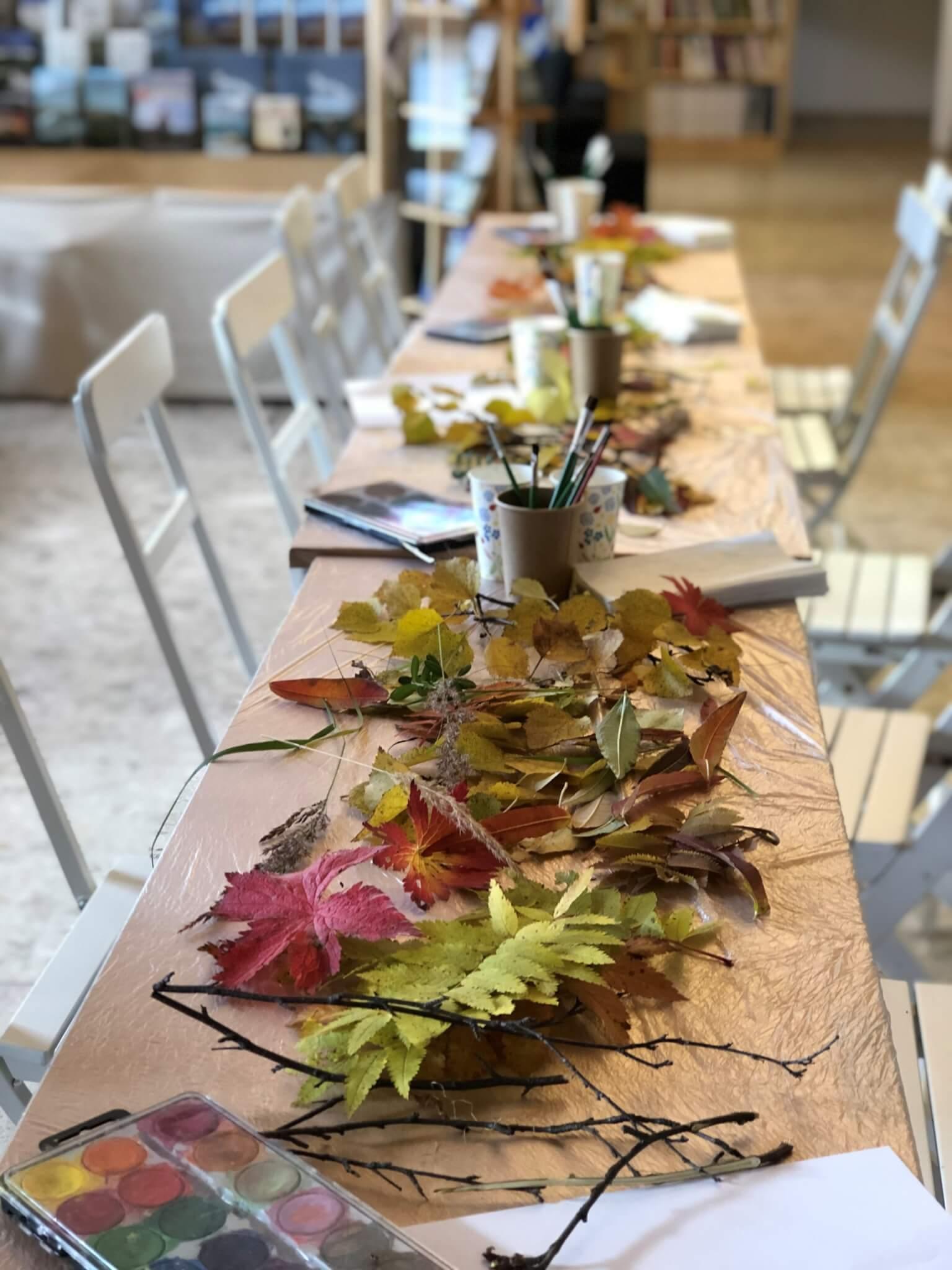 Bord med höstlöv och pyssel