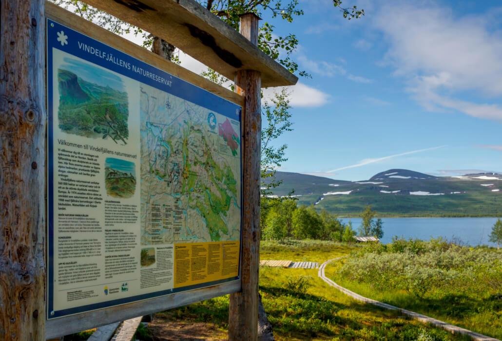 Reservatsskylt vid fjällsjö.